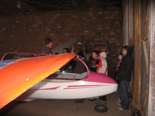 petit cours de vol à voile sous le hangar...la neige tombe!