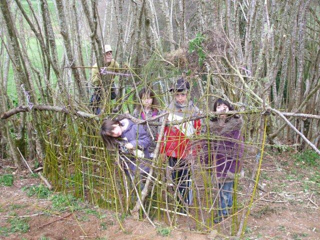 les louvetaux ont fabriqué une cabane en osier