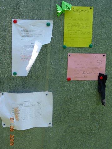 Le panneau d'affichage présente les activités du jour.