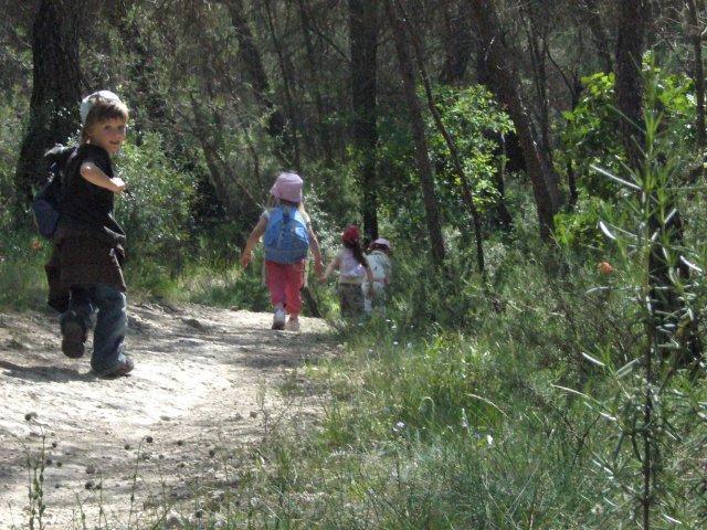 équipe autonome lors d'un jeu en forêt méditerranéenne