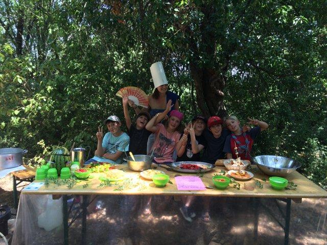 """Concours Cuisine (thème """"Les couleurs"""") par équipe, et avec nos invités les Ainés, de chez Sésame Autisme."""