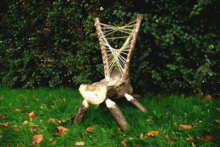 chaise en froissartage pour l'opération asseoir l'espoir