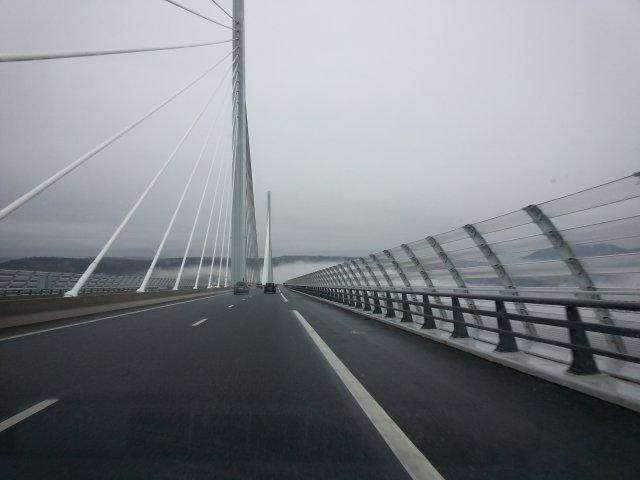Le viaduc de Millau dans les nuages