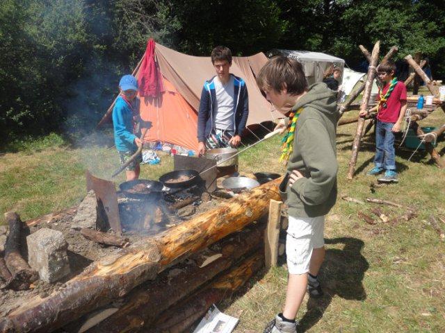 préparation du repas sur une table à feu