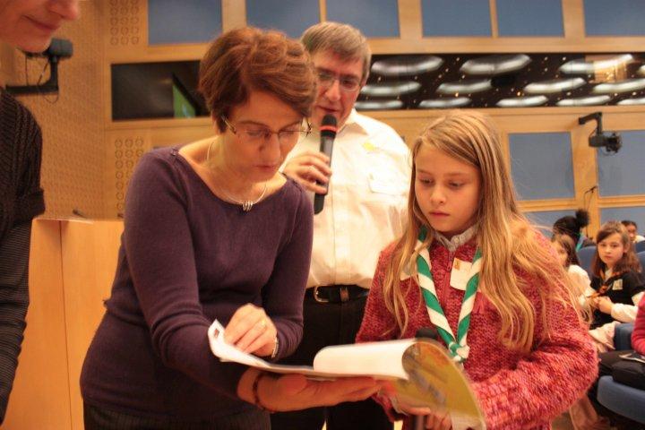 Léonie remet l'album à Mme Versini
