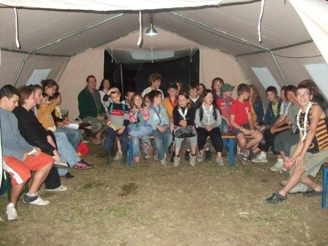 Sous la tente au camp à Benoîte-Vaux